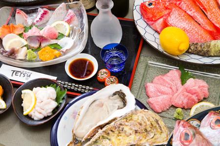 천연 생선회, 팥고물 간 본 다랑어 가마 구이 등 고급 코스